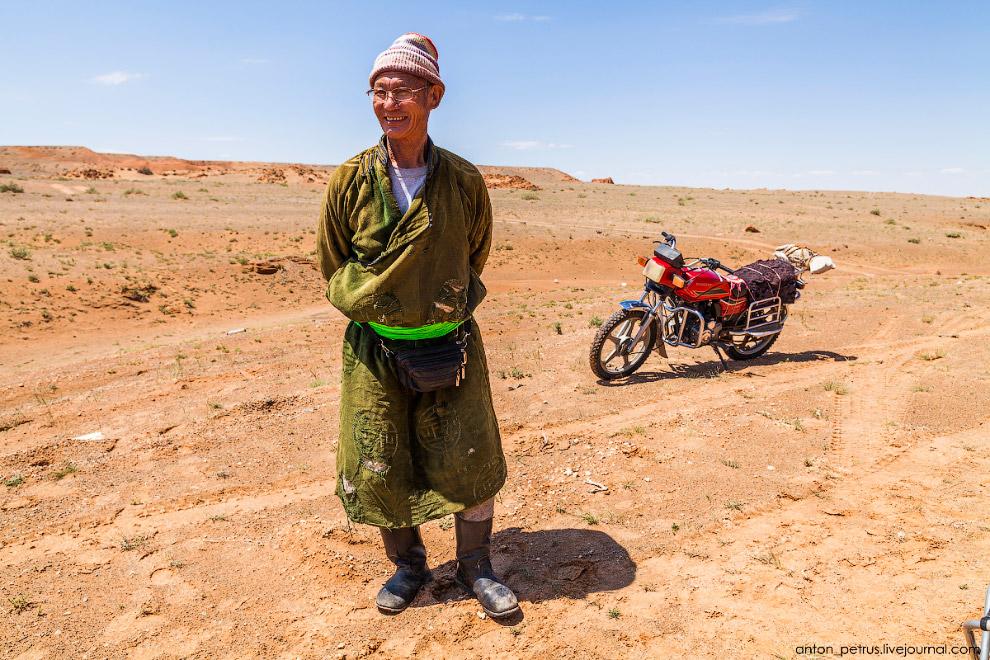 9. Невероятно фотогеничные красные утесы Баянзага манят туристов. Но всех их привозят ближе к з