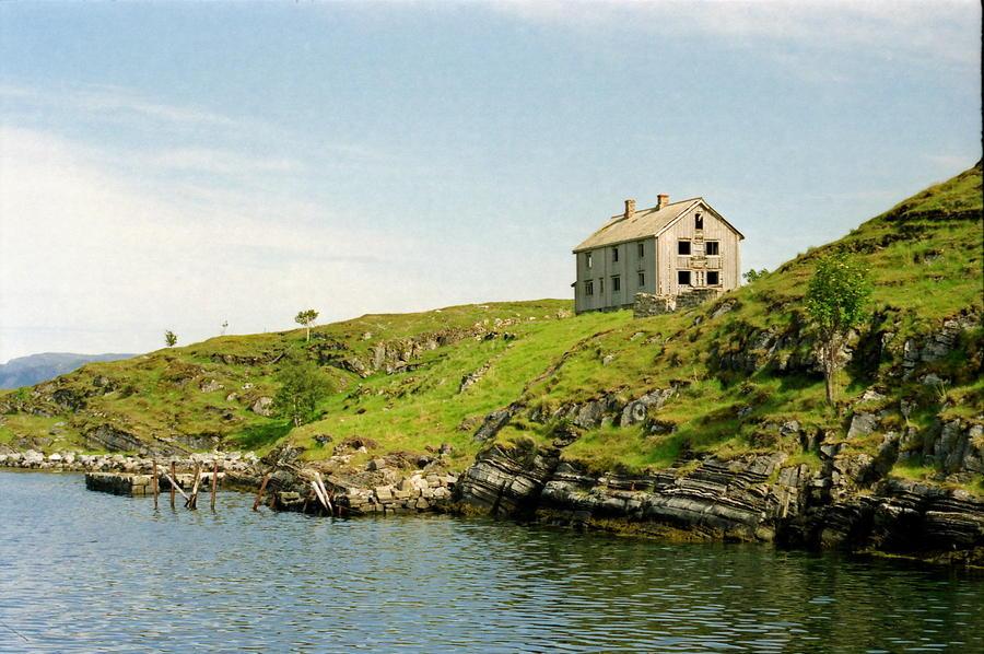 7. Старый пустой дом, деревня Маанес, Норвегия.