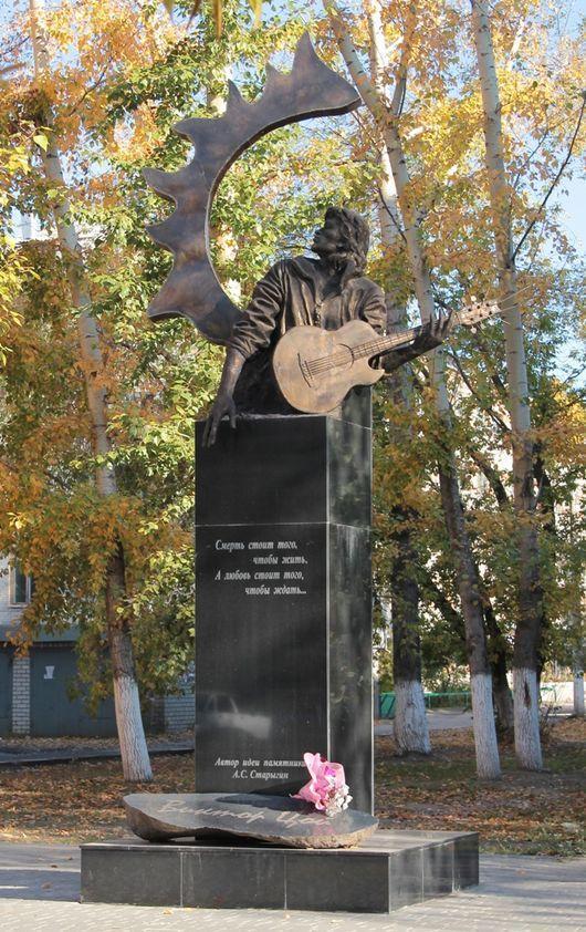 Памятник в Барнауле. Находится рядом с Алтайской государственной педагогической академией, первым ву