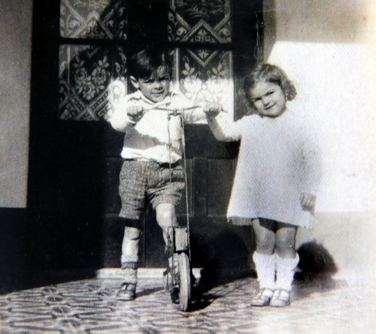 Первые два года Эрнесто не мог посещать школу и учился на дому (научился читать в четыре года), поск