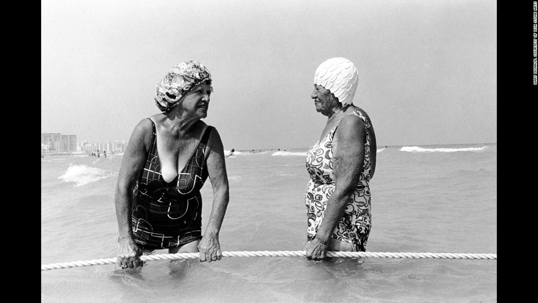 Женщина держит канат на пляже Десятой улицы, 1980. С камерой фирмы Leica в руках Гэри Монро в течени