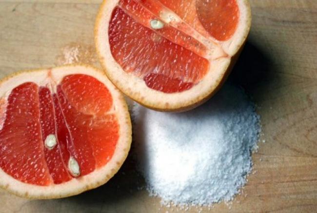 Грейпфрут и лимон — фрукты, которые прекрасно очищают поверхности. Насыпьте немного соли на грейпфру