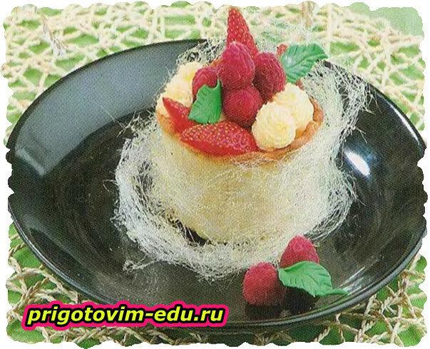 Корзиночка с ягодами в сахарной вате