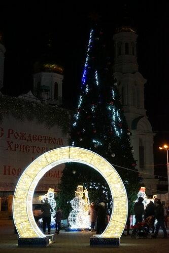 Новогодние украшения и ёлка на ул.Станиславского возле собора