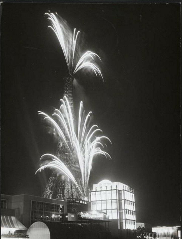 1937. Фейерверк у Эйфелевой башни во время Всемирной выставки