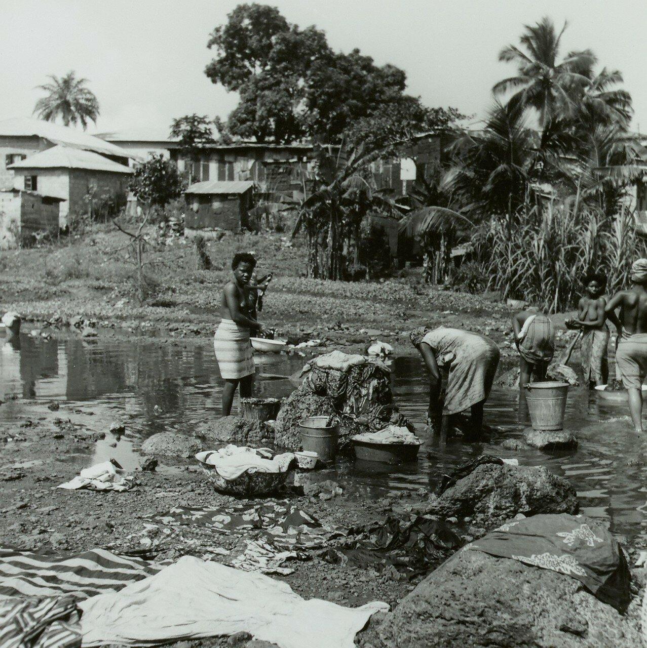 Фритаун. Пригородный поселок. Женщины стирают одежду в реке
