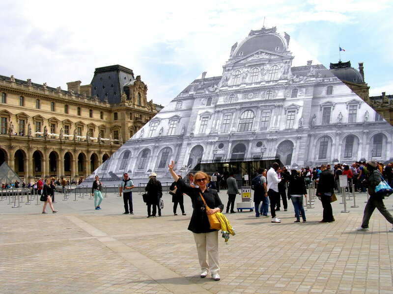 У главного входа в Лувр