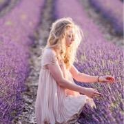 Девушка и лавандовое поле