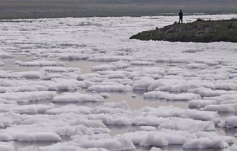 Слой токсичной пены на индийской реке