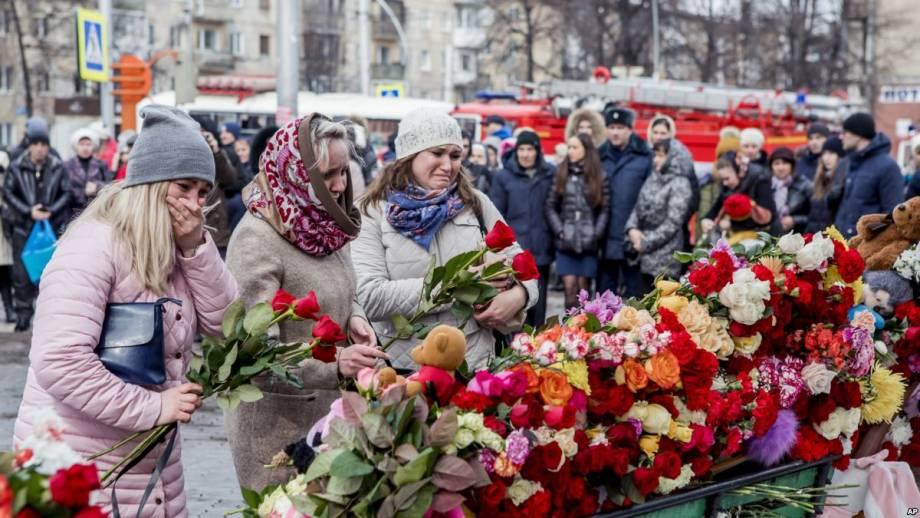 «Ложь пополам с умолчанию». Телекритики об освещении телеканалами России трагедии в Кемерове