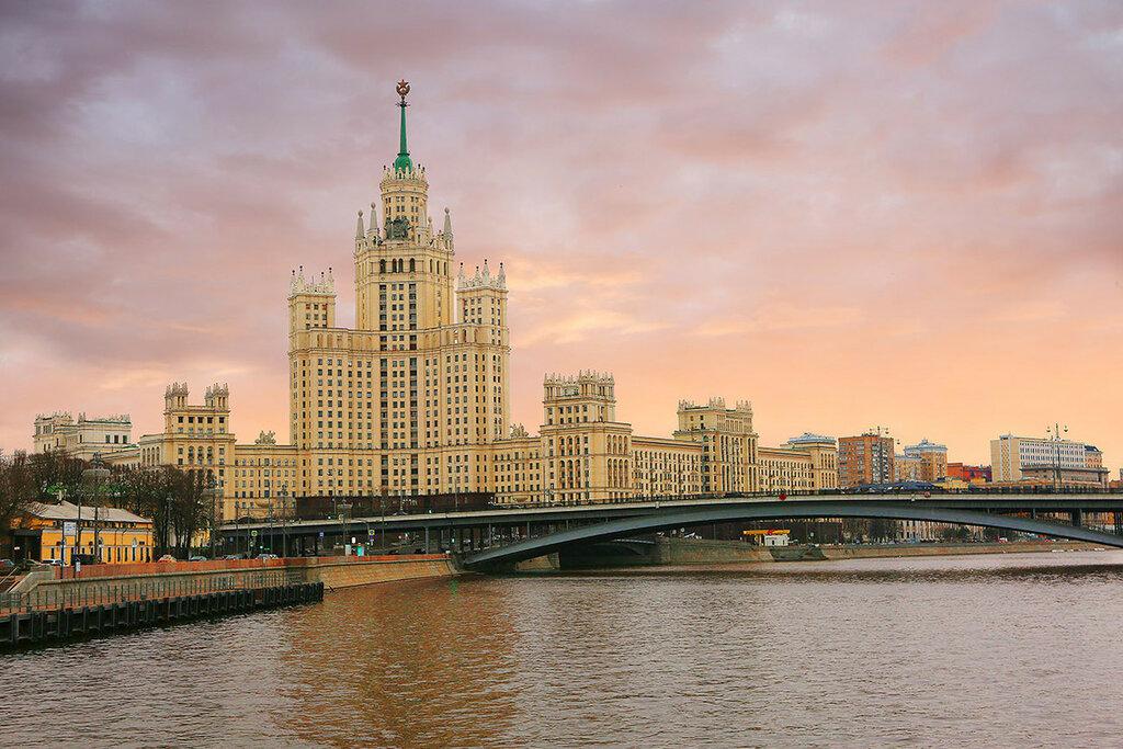 Москва. Высотное здание на берегу Москвы-реки на котельнической набережной.