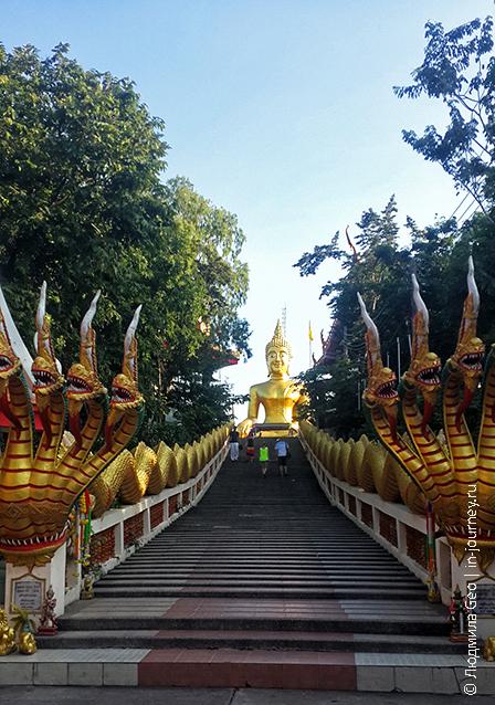 драконы, ведущие к Большому Будде в Chaloem Phrakiat на Phra tamnak