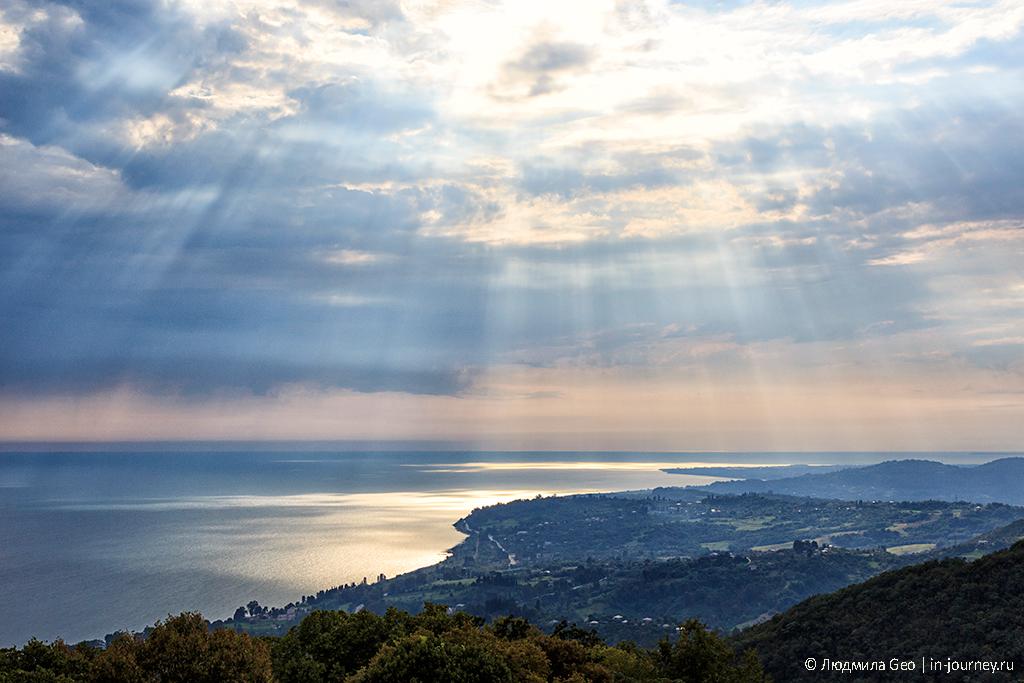 лучи солнца над Черным морем