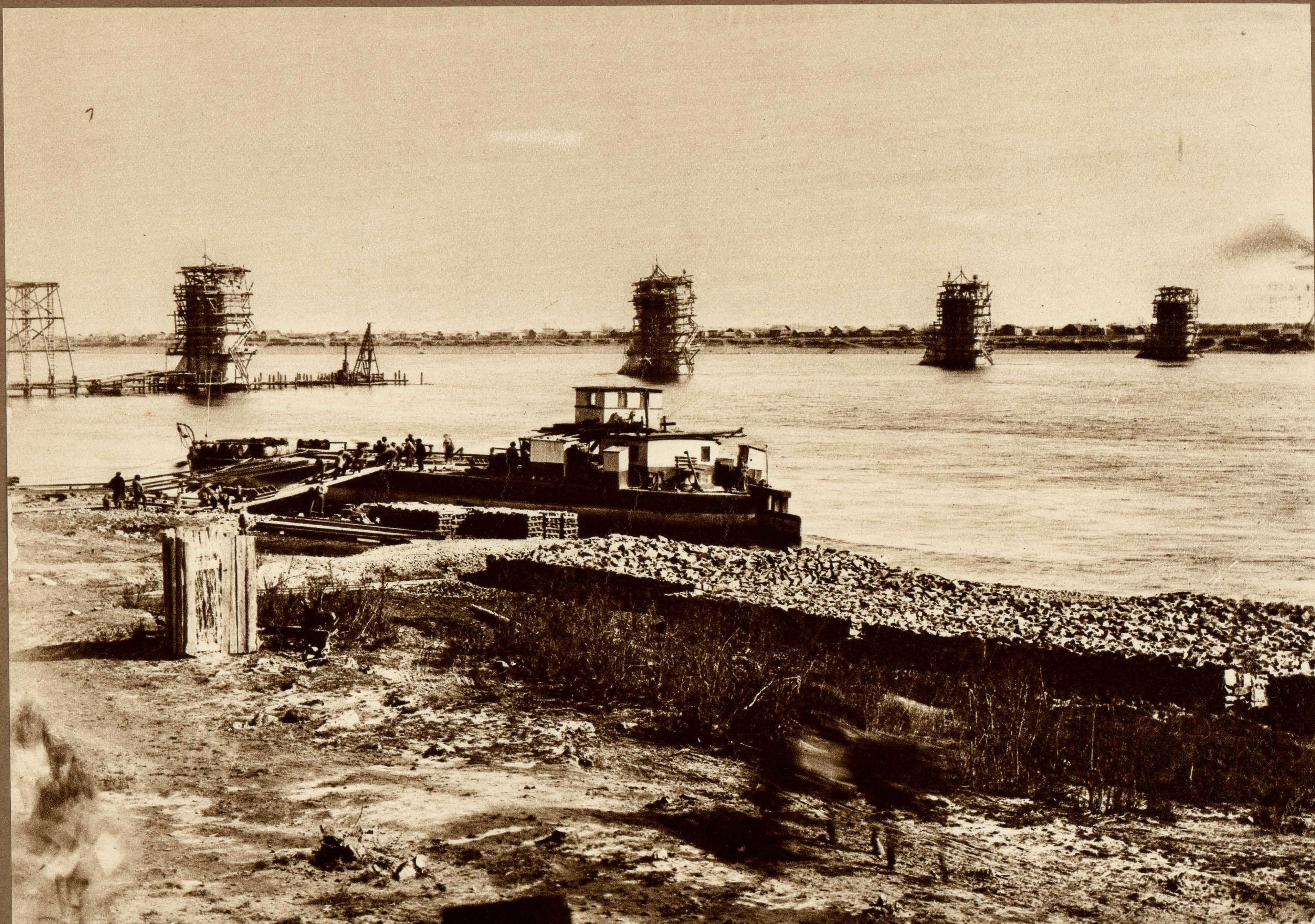 Строительство моста через р.Зею в Алексеевске. Забивка свай