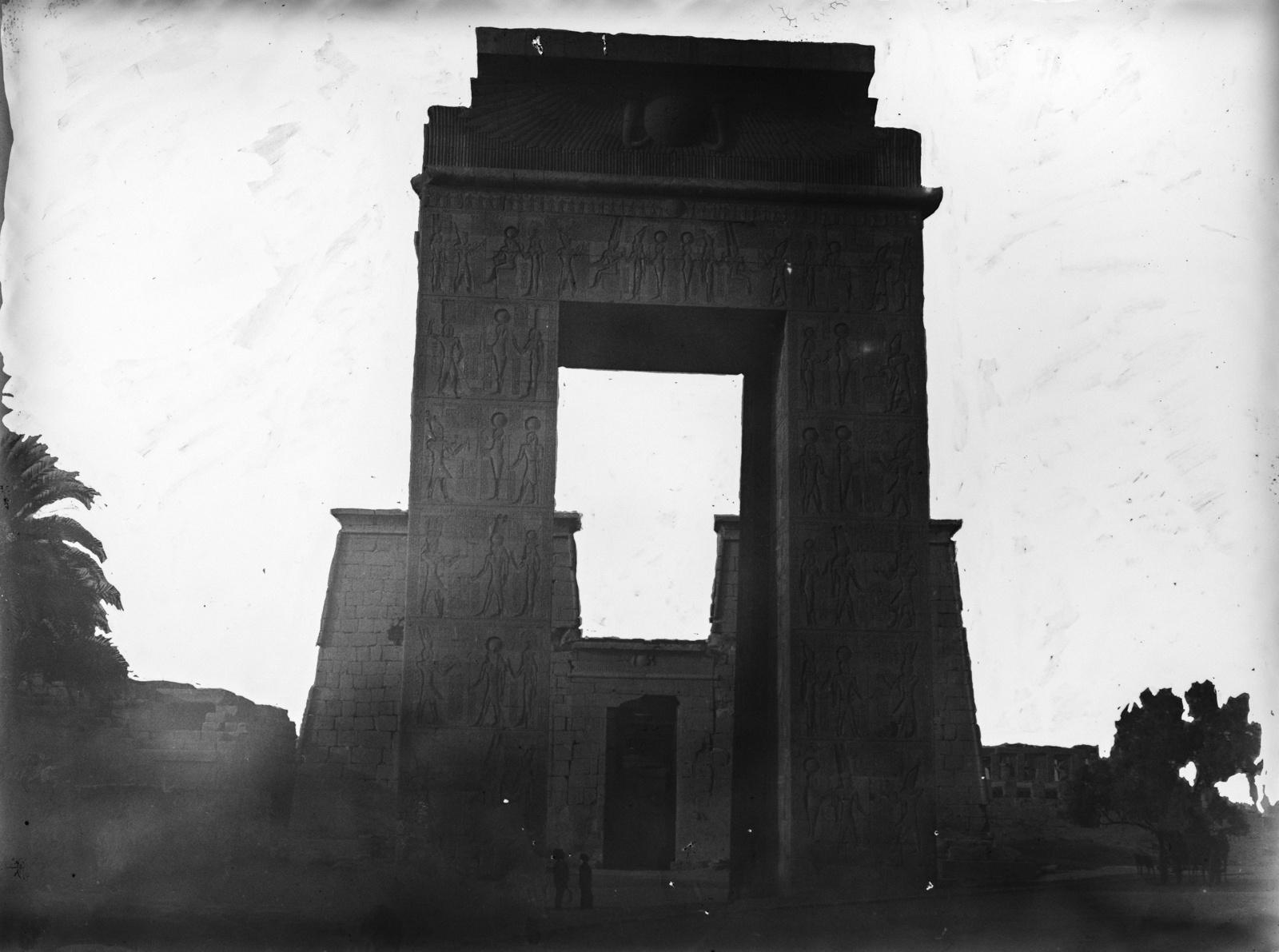 Карнак. Пилон у входа в храм Аменхотепа II в храмовом комплексе