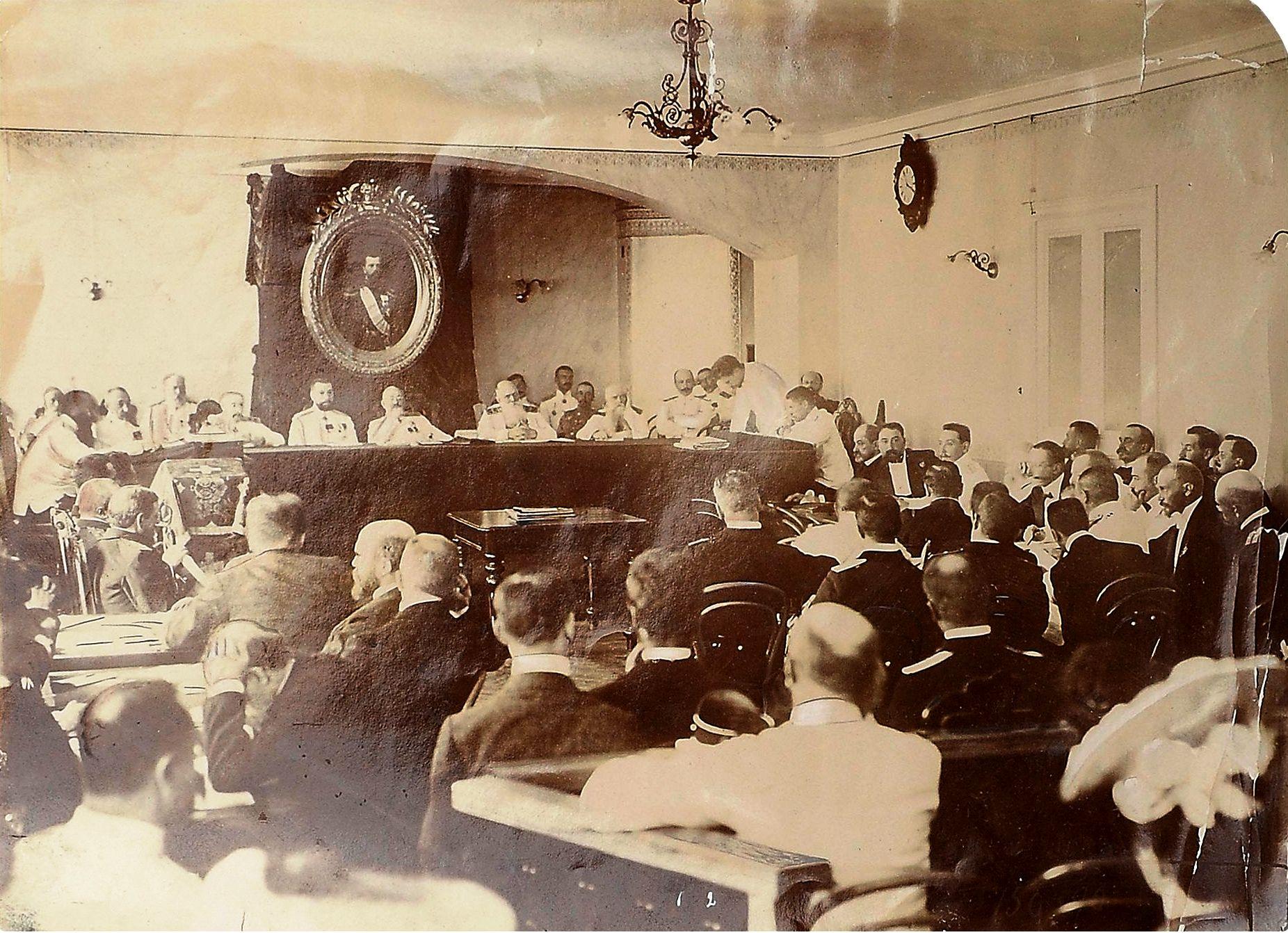 Фото вице-адмирала З. П. Рожественского во время дачи показаний военно-морскому суду под председательством генерала-лейтенанта Извекова, июнь-июль 1906