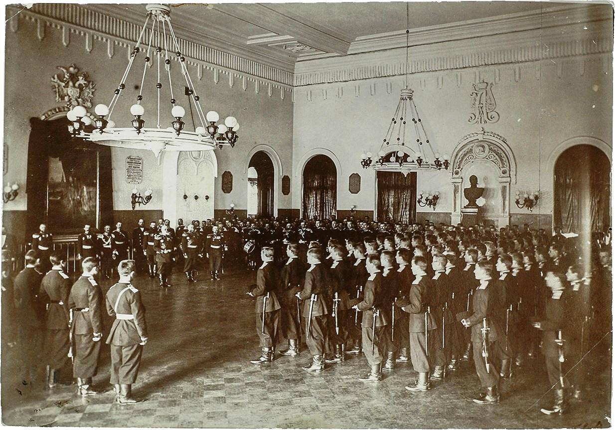 Фото построения личного состава 3-го Александровского военного училища в Москве на молитву в парадном зале училища 1899