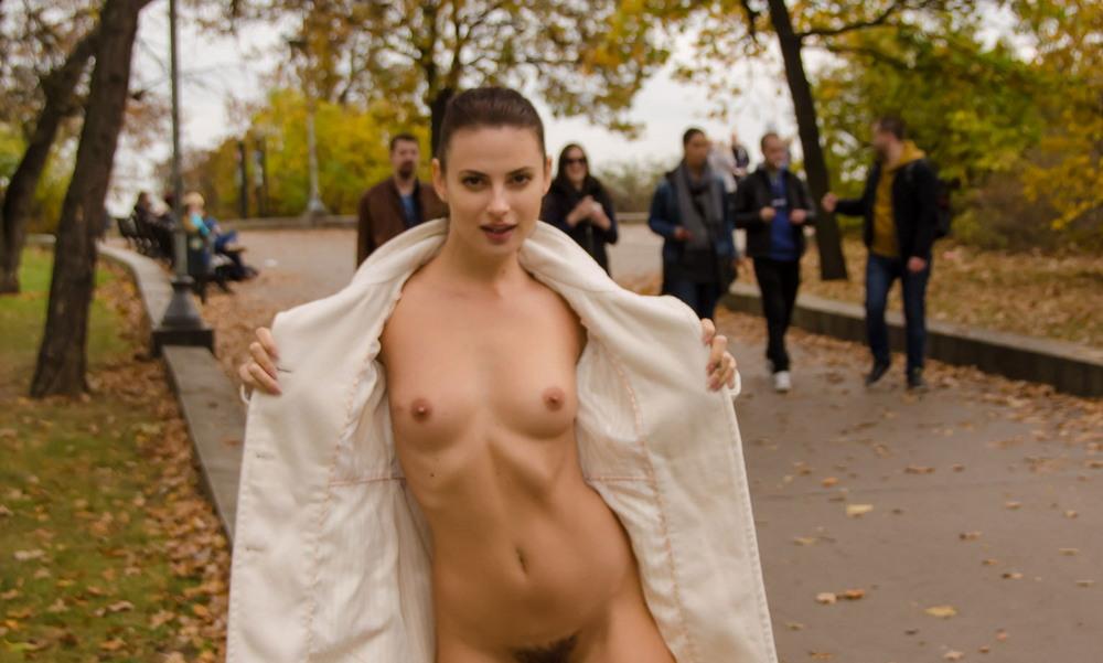 Алина хулиганит в парке