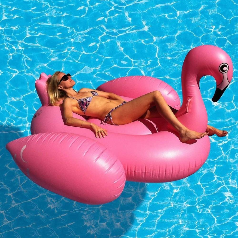 Новый модный аксессуар для отдыха: огромная надувная птица