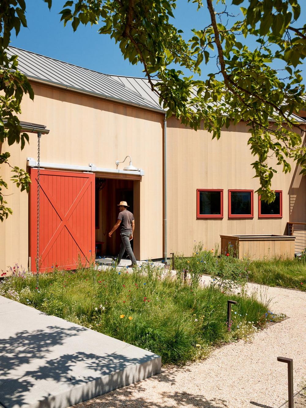 Дом-амбар на ранчо в Калифорнии материалы, находится, двери, участка, стороны, Компания, занавеска, освещается, кухня, комнатой, Смежная, банкетный, превращает, моментально, помещение, легкая, потолочному, мультифункциональное, этажа, высотой