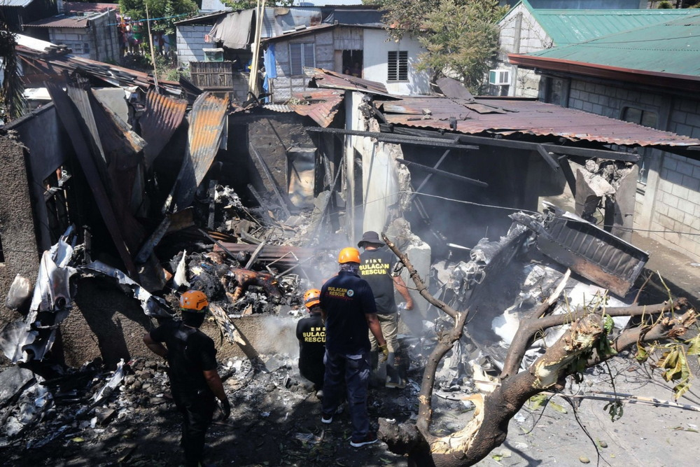 На Филиппинах самолет упал на дом и убил семью из пяти человек