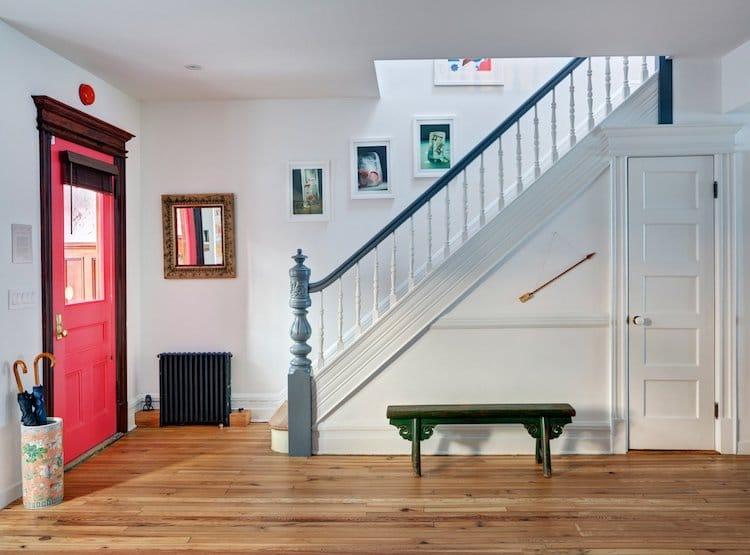 Верхний этаж отдан под рабочее пространство: здесь расположен миниатюрный кабинет, эффектно поднятый