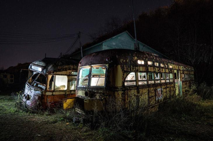 Заброшенное кладбище троллейбусов (12 фото)