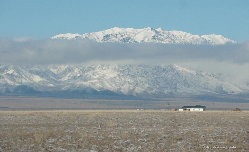 Горы по дороге в Бишкек.