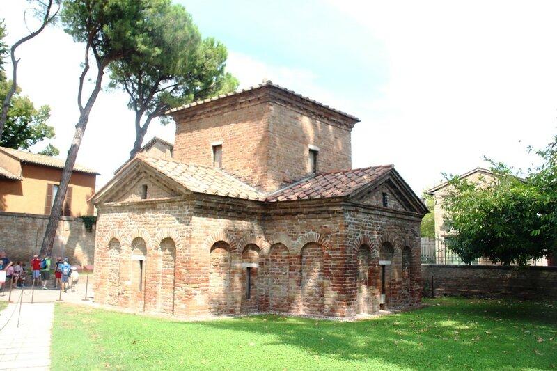 Равенна. Базилика Сан-Витале и мавзолей Галлы Плакидии.