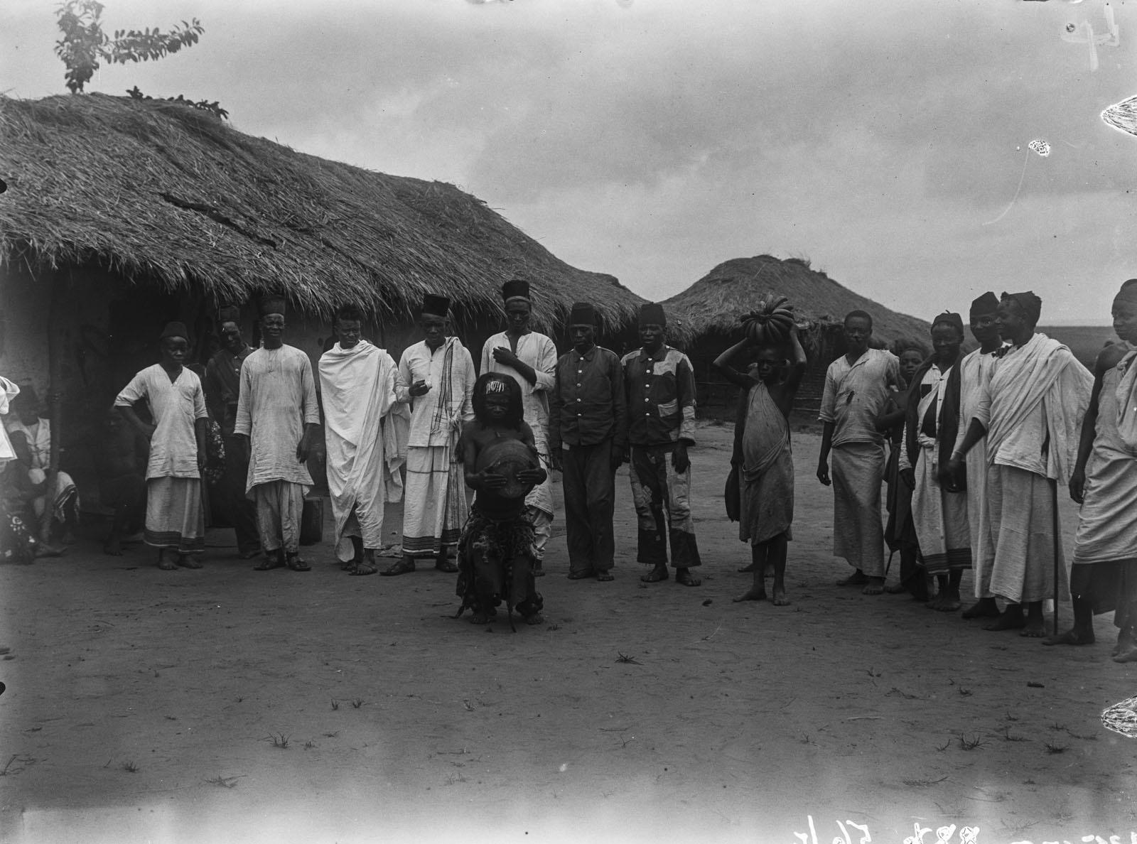 07. Портрет группы мужчин и танцора в Северном Киву