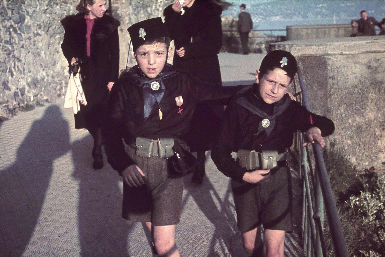 Два мальчика в военной форме