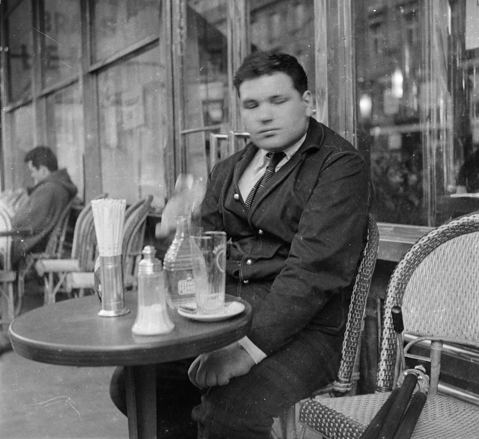 Эдуардо Паолоцци за столиком в кафе