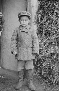 Мальчик возле дома