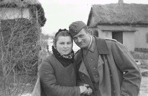 Солдат с молодой женщиной