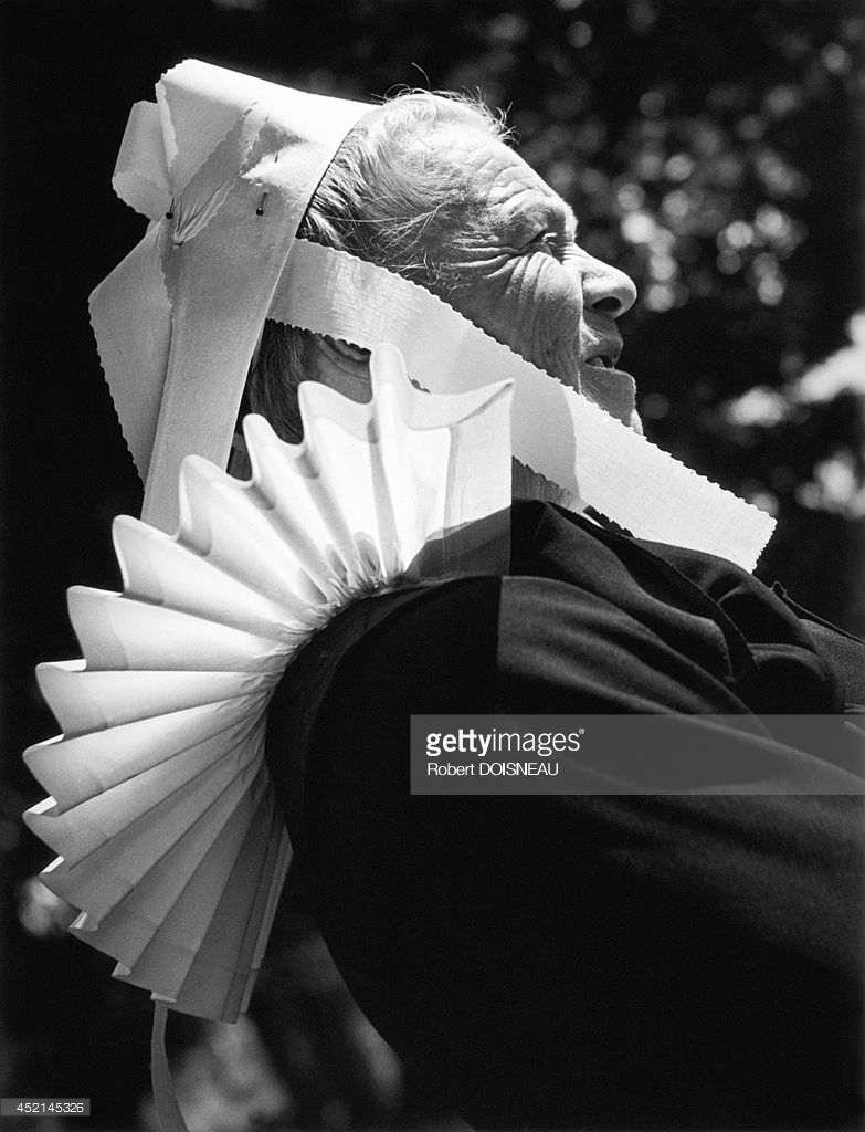 1944. Бретонка в традиционном костюме во время религиозной церемонии