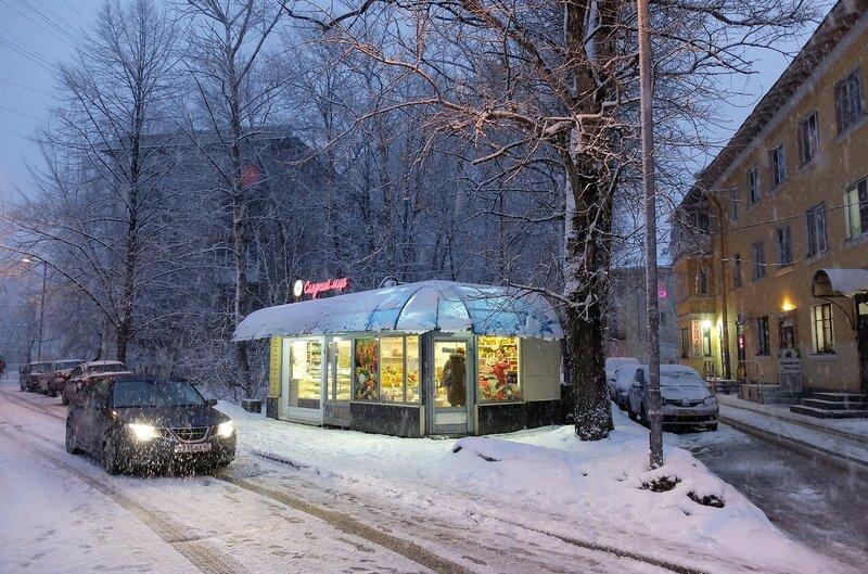 Вечерняя прогулка по весеннему снежному Питеру