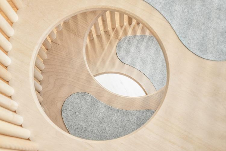 Функциональность предмета не умаляет его декоративных качеств: благодаря реечной структуре и обтекае