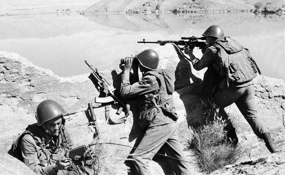 9. Два советских солдата, взятых в плен. (Фото AFP | Getty Images):