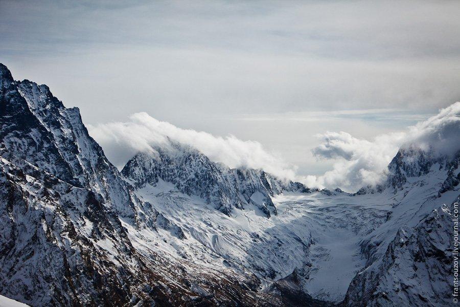Облака по ту сторону гор не могут переползти через вершины и остаются там.