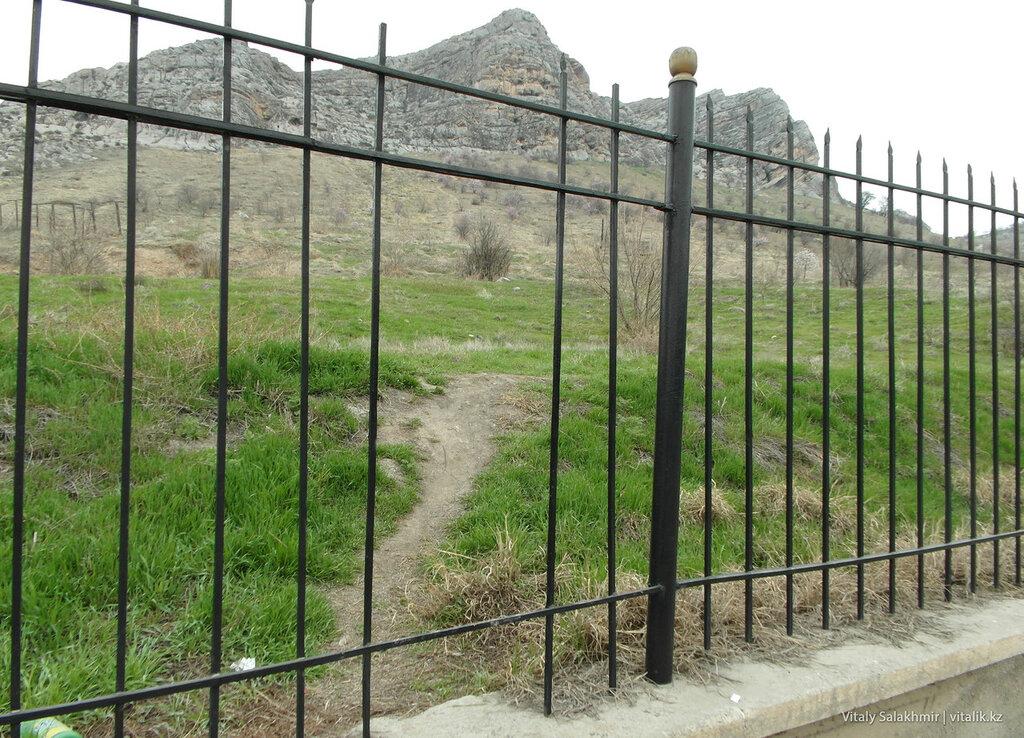 Дыра в заборе Сулайман-Тоо