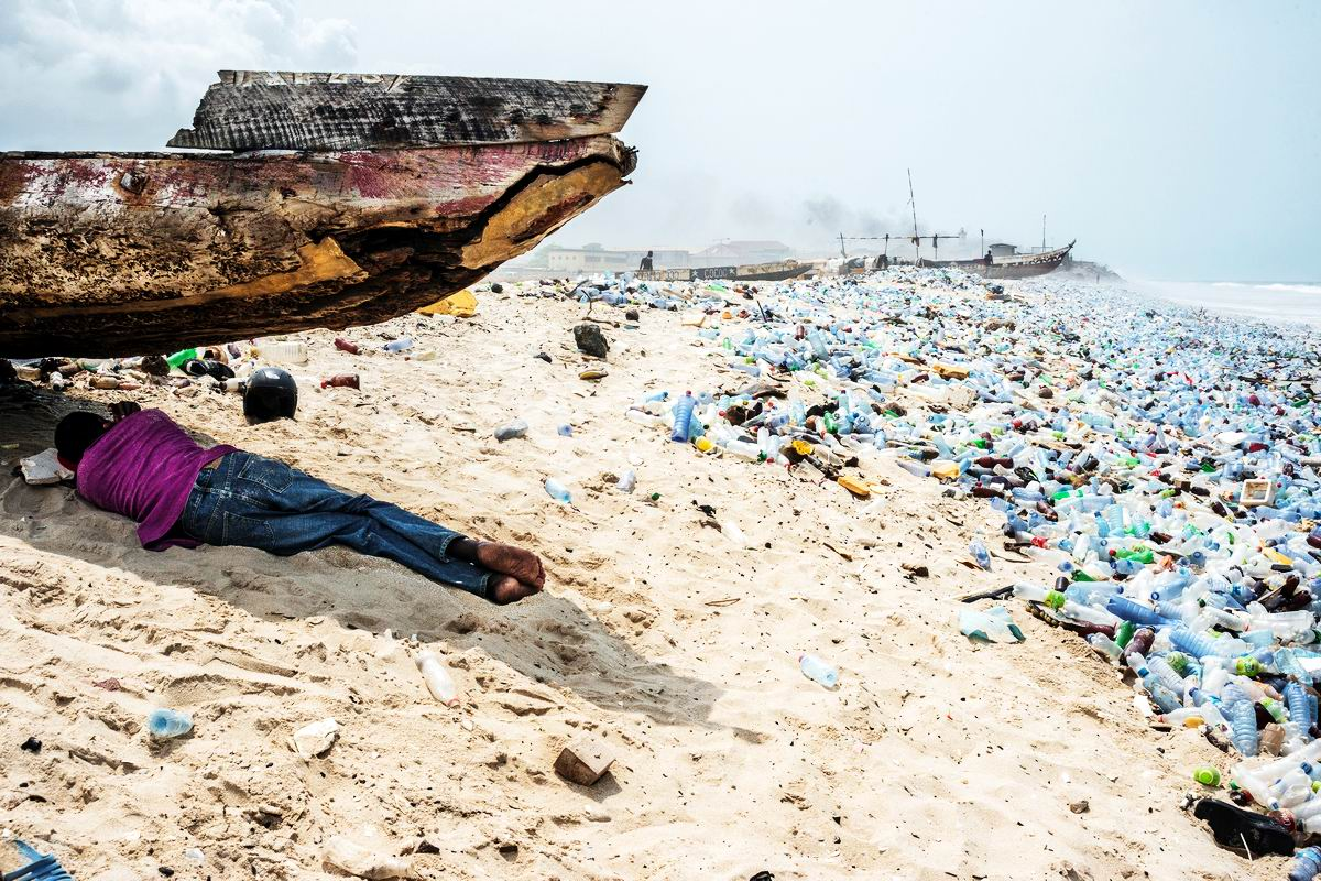 Бутылки, бутылки, кругом одни бутылки: На почти безлюдном африканском побережье