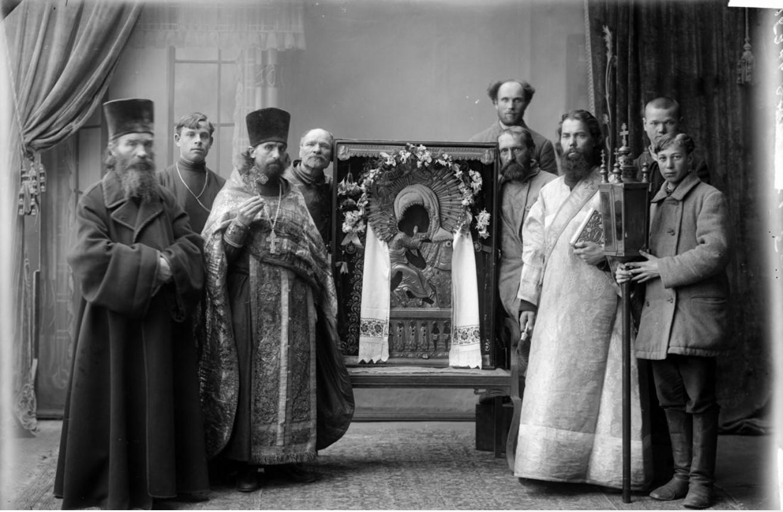 Группа священнослужителей с Оранской иконой Божией Матери