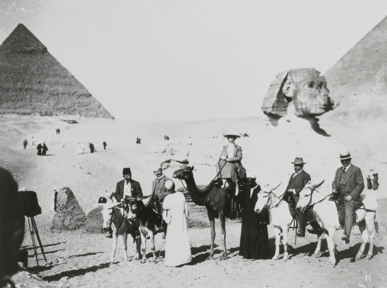 Гиза. туристы возле Сфинкса и пирамиды Хефрена
