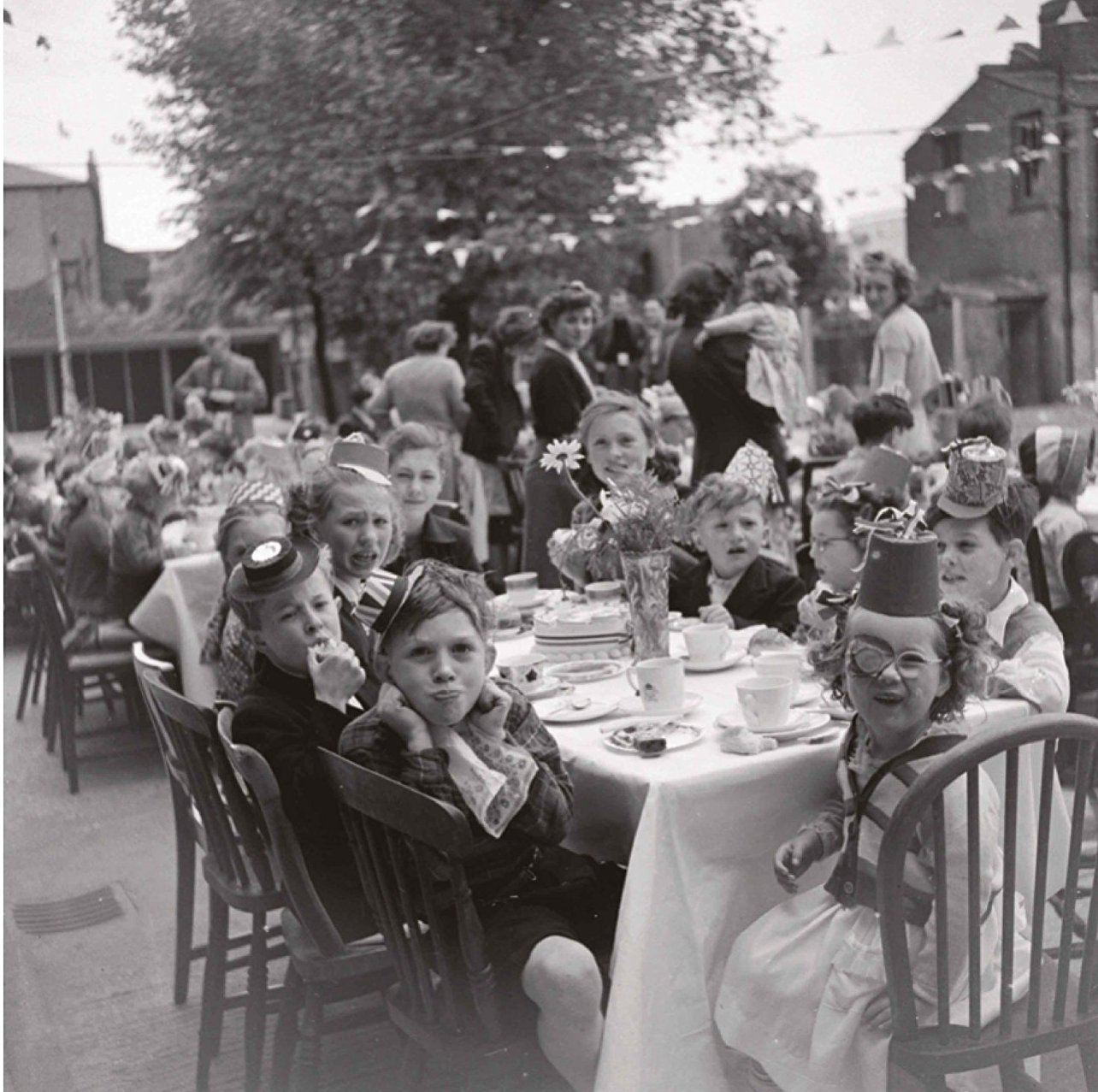 Уличное празднование в честь коронации Елизаветы Второй, Хук-Хауз, Гернон-роуд, Боу, 1953