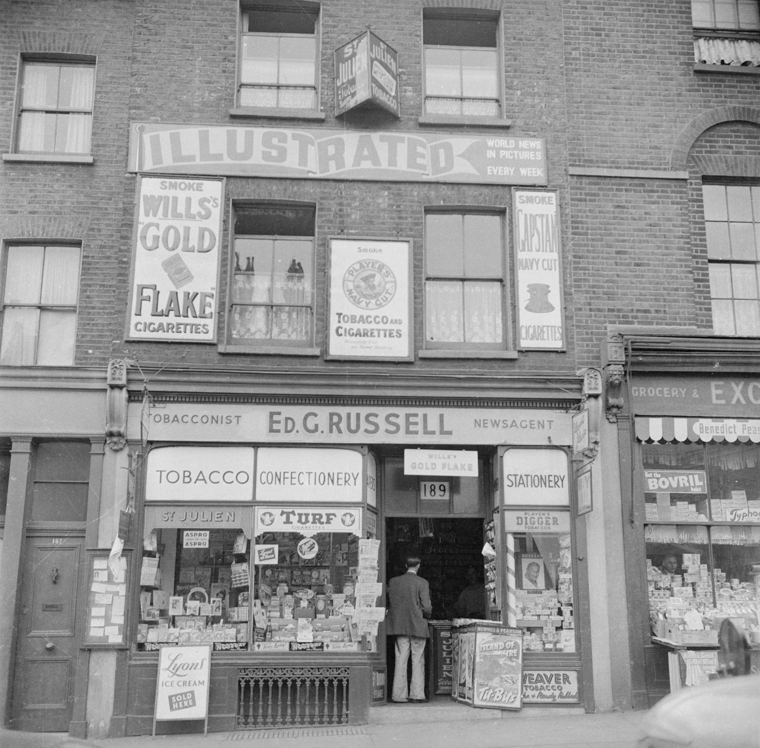Магазин Эда Рассела, газетная продукция и табачные изделия