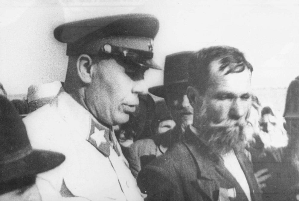 18-3 Маршал Советского Союза С.К. Тимошенко с бессарабскими крестьянами.jpg