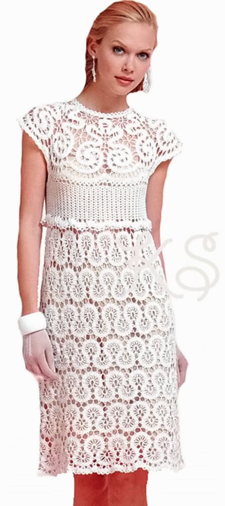 Белое вязаное платье для