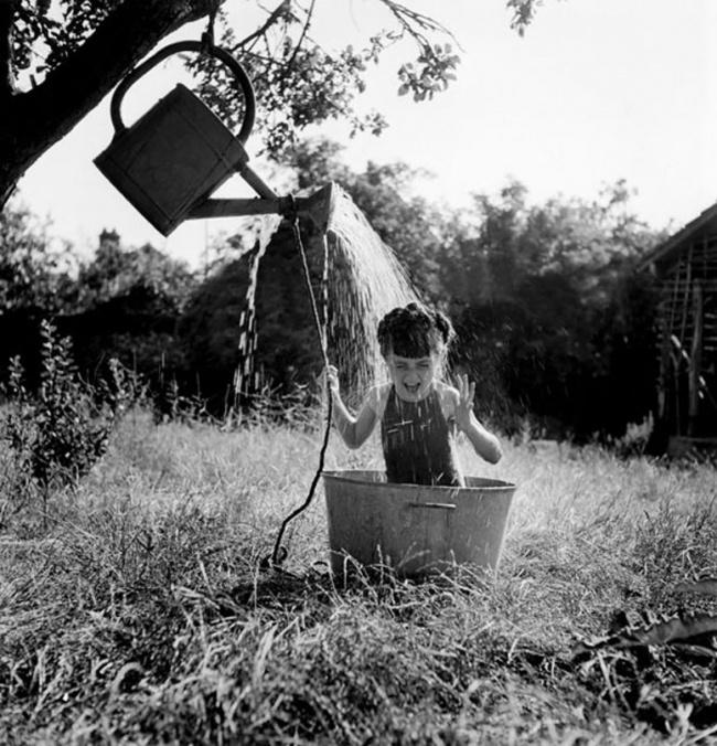 Девочка обливается водой, 1949г.