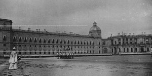 Императрица Мария Федоровна принимает парад полка  на плацу  перед Гатчинским дворцом.