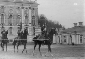 Штандарт полка  на плацу перед Екатерининским дворцом во время парада.